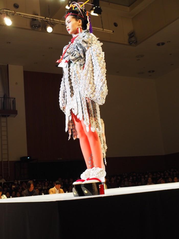 Model wears Kentetsu Doi at the 2015 Soen Awards. 土居 賢哲作、装苑賞2015年