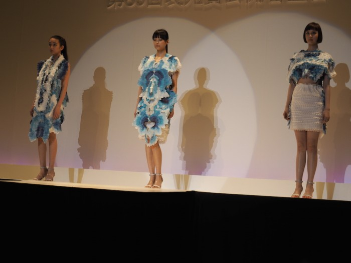 Models wear Hitomi Misumi in the Soen Awards 2015 三角瞳の作品、装苑賞2015